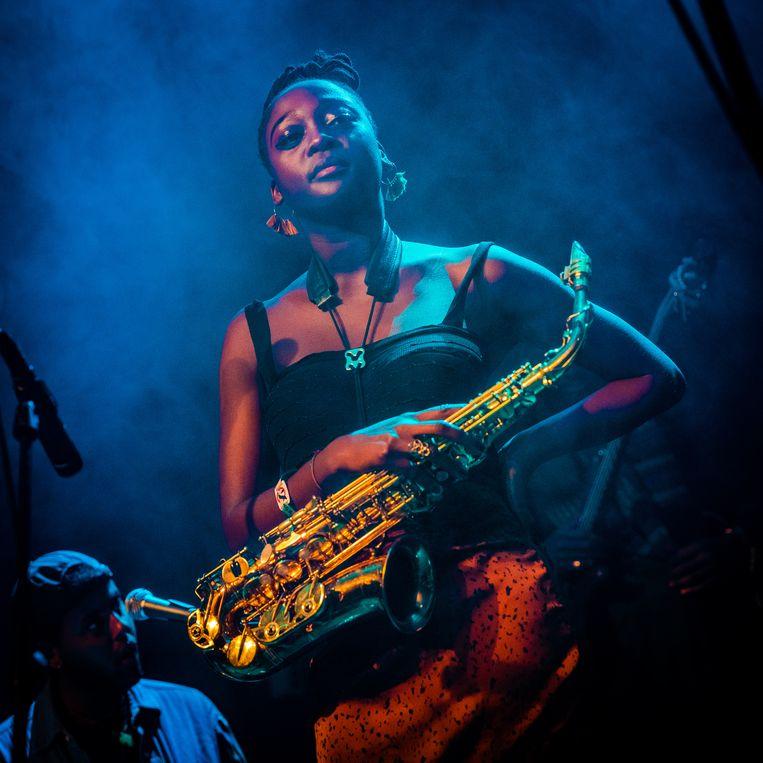 Cassie Kinoshie van de Londense afrobeat- en jazzband Kokoroko. Beeld Ben Houdijk