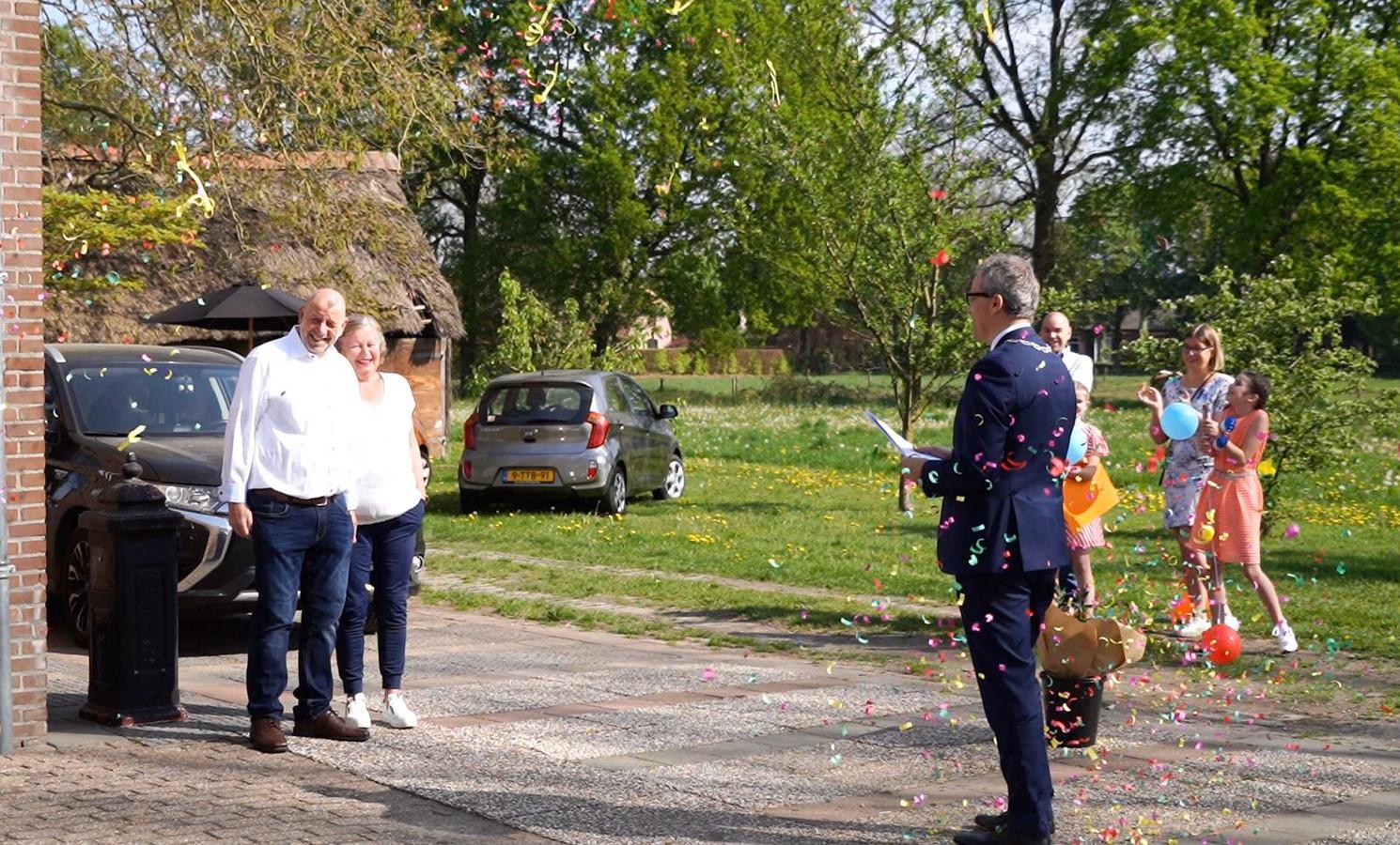 Burgemeester Evert Weys ging langs alle acht gedecoreerden vandaag. En bleef uiteraard op gepast afstand, hier bij Jo van de Pas.