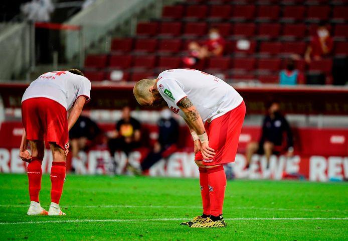Spelers van Köln bogen letterlijk en figuurlijk het hoofd tegen Leipzig.