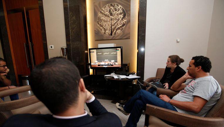 Journalisten kijken naar de stemming in het Libisch parlement van vandaag Beeld REUTERS