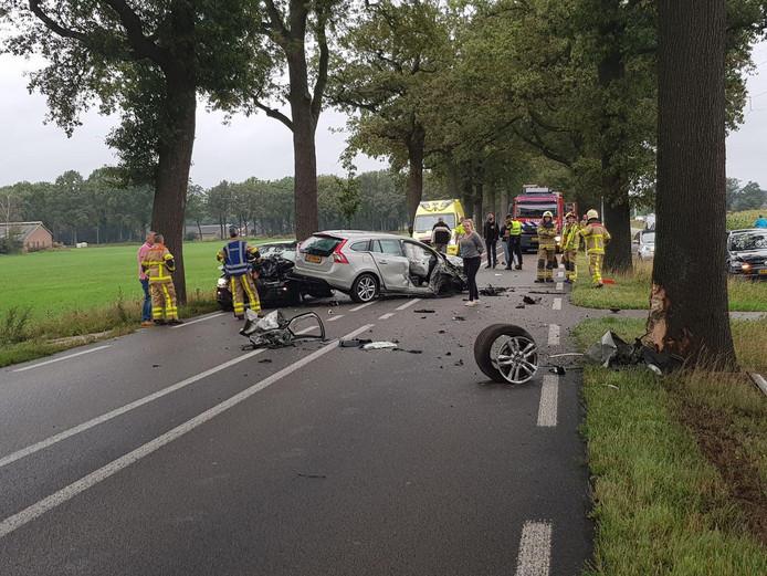 De weg ligt bezaaid met brokstukken, maar niemand raakte gewond.