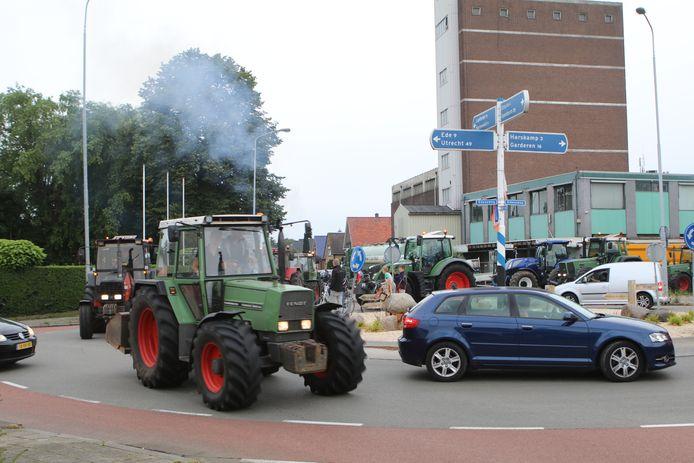 Boeren zijn van Wekerom naar Arnhem om aangifte te doen tegen minister Carola Schouten.