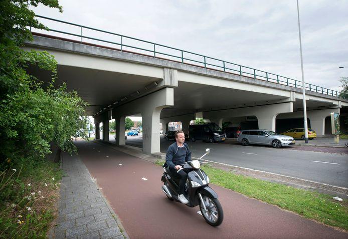 Het viaduct waar de Graaf Engelbertlaan over de Graaf Hendrik III Laan gaat. De gemeente Breda weet niet precies hoe oud dit viaduct is.