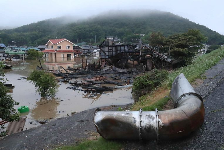 Een aluminiumfabriek ontplofte door de hevige regenval in Soja City, Okayama. Beeld null
