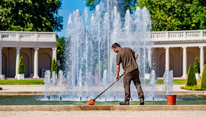 Tuinman Wesley schrobt nog even de randen van de fonteinen. Paleis het Loo gaat  op 1 juni  om 12:00 uur weer open.