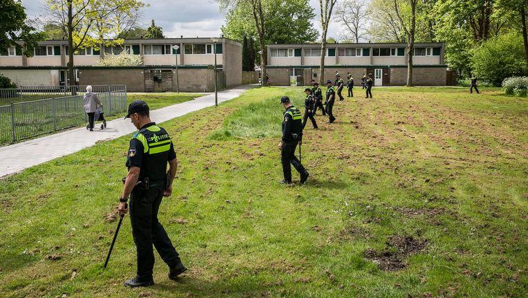Zoekactie in Zuidoost, twee maanden na Sabrina Oosterbeeks verdwijning, tussen haar woning en de metro Beeld Amaury Miller