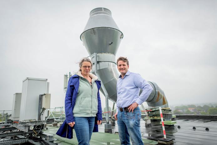 Voorzitter Jet Mars van de werkgroep Haarle Energie Neutraal en Hans Verheul van CAVV Zuid-Oost Salland op het dak van de mengvoederfabriek.