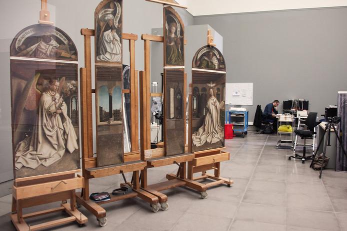 De restauratie van een deel van het Lam Gods in Gent.