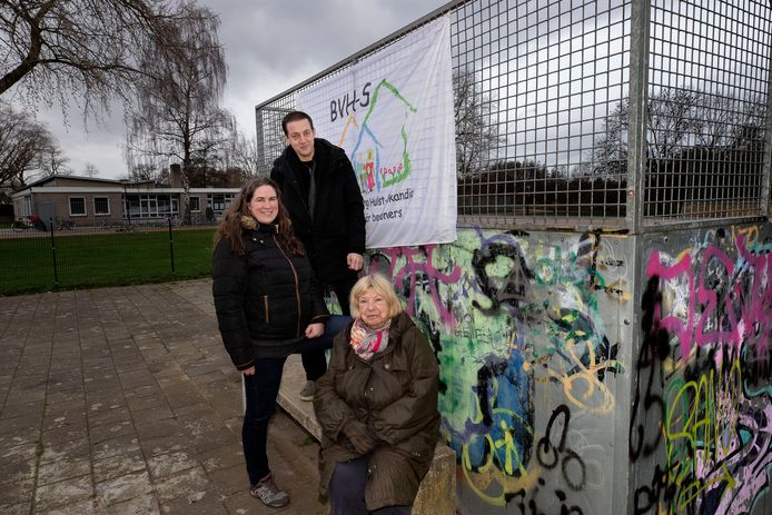 Bestuurders van de buurtvereniging. Vlnr: Joanne Wildenbos, John van den Meerakker en Hannie van der Westen. Zij poseren op het terrein waarop de vereniging het jaarlijkse Hooipopfestival houdt.