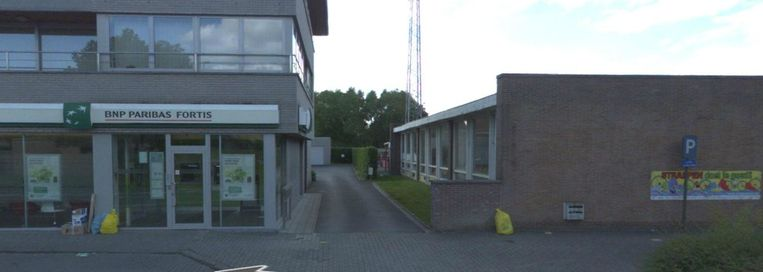 De start van de trage weg tussen het bankkantoor en de school.