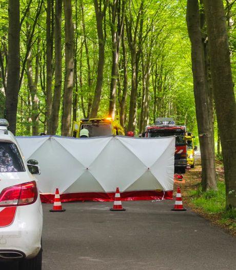 Auto botst tegen boom bij Vorden, een persoon zwaargewond