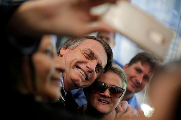 Jair Bolsonaro neemt een selfie tijdens de kiescampagne.