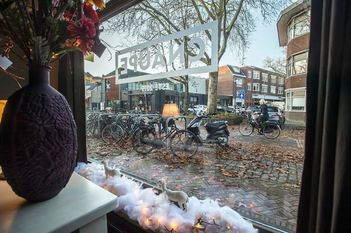 In de Van Goorstraat/Van Mierlostraat zijn enkele nieuwe (horeca-)ondernemers op korte afstand van elkaar van start gegaan. Vanuit Café De Cnaupe, zijn Het Bierhuis te zien en de ingang naar Passage Zuidpoort waar restaurant Porta Sud is gevestigd.