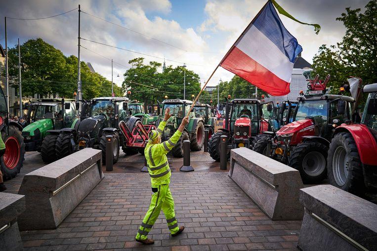 Boeren bij het Binnenhof. De boerenprotestgroep Farmer Defence Force demonstreert tegen een voermaatregel van minister Carola Schouten (Landbouw), waar in de Tweede Kamer over gedebatteerd wordt.  (02/07/2020)