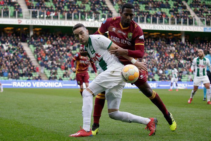 Archiefbeeld ter illustratie: Mimoun Mahi, toen nog bij FC Groningen, in duel met Dion Malone van ADO.
