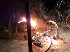 Fietsen in brand gestoken in Laren, alerte krantenbezorger voorkomt meer schade
