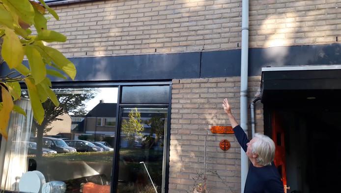 Jan Bergmans uit het Gelderse Zevenaar wijst een van de scheuren aan in zijn huis. Door de droogte en de lage grondwaterstand die daarvan het gevolg is zijn hier en in andere plaatsen de woningen zwaar aangetast door scheuren in muren en vloeren. Archieffoto.
