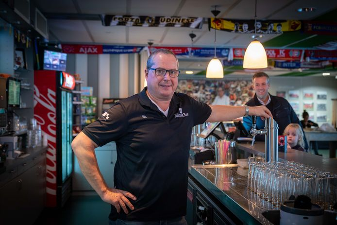 """Vincent Polman achter de bar bij SC Bemmel. ,,Ik vind dit het mooiste werk dat er is."""""""
