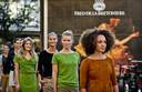 Modellen tijdens een presentatie van de nieuwe winkel en kledinglijn van Fred de la Bretoniere in Amsterdam, toen het het bedrijf nog voor de wind ging.