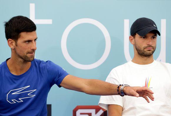 Dimitrov, rechts van Djokovic.