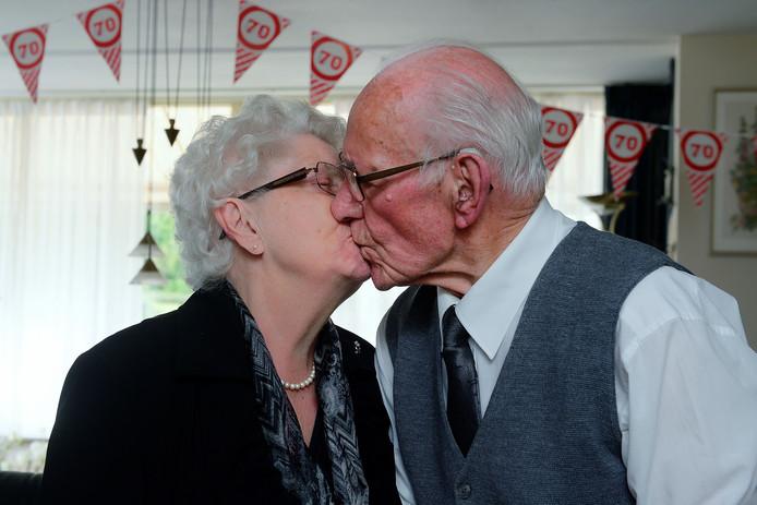 Het echtpaar is na zeventig jaar nog hartstikke gelukkig met elkaar. ,,We hebben altijd veel steun bij elkaar gevonden.''