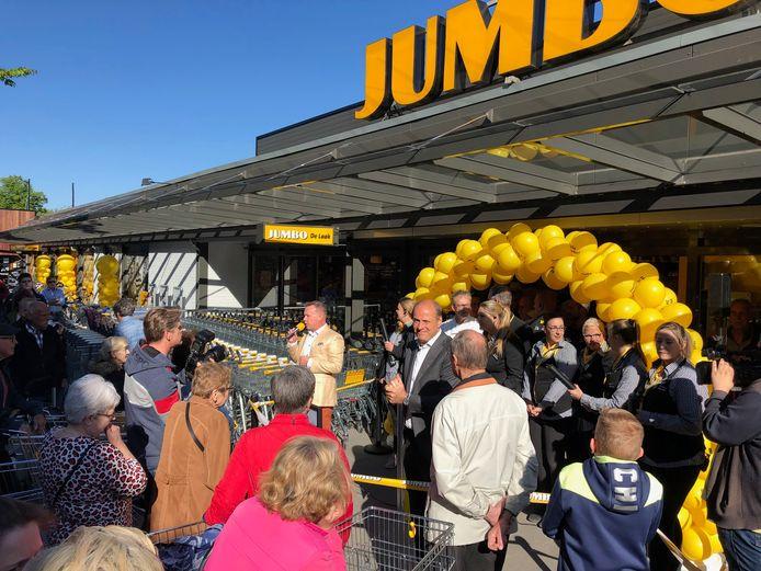 De Jumbo op Drossaard werd, net als het winkelcentrum zelf, dit jaar vernieuwd en gemoderniseerd. Op de foto ondernemer Roland de laak en Frits van Eerd.