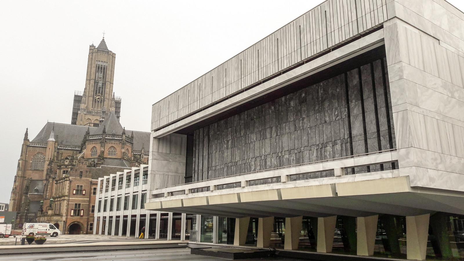 Stadhuis Arnhem met Eusebiuskerk. Op de voorgrond de zaal van de gemeenteraad.
