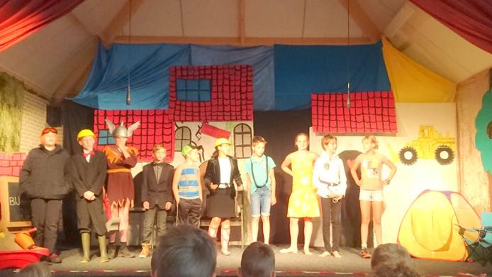 De crew van de laatste musical van de sluitende school OBS Markvelde.