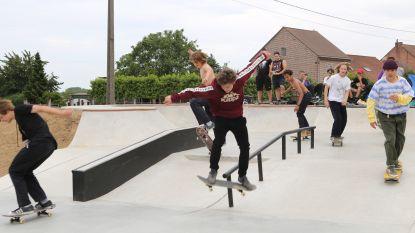 Jongeren gaan loos op gloednieuw skatepark