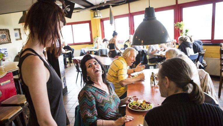 Eetcafé Water & Brood in het Scheveningse kraakpand De Vloek dat na dertien jaar moet wijken. Beeld Julius Schrank