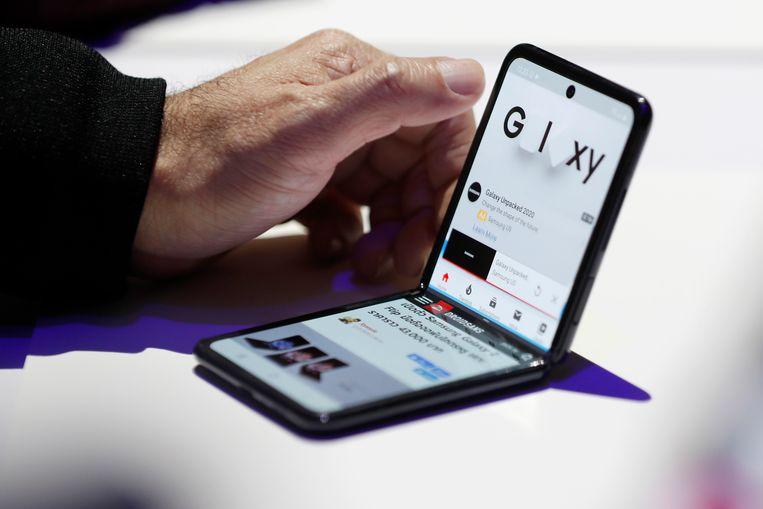 De nieuwe Samsung Galaxy Z Flip heeft een 6,7 inch oledscherm dat halverwege in twee plooit.