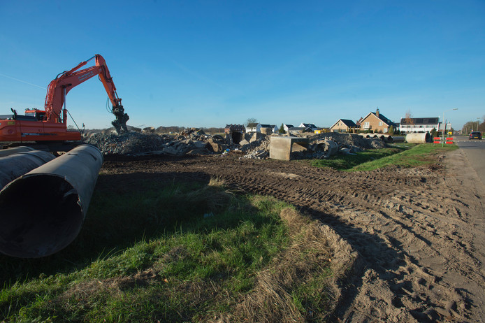 Het puin, de betonnen buizen en ander sloopafval op het stuk grond aan de Priemsteeg in Vlijmen.