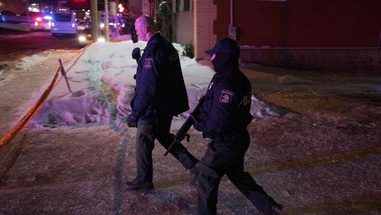 Twee Canadese politieagenten op patrouille na de aanslag op de moskee in Quebec. Beeld AFP
