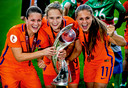 Vivianne Miedema met  Sherida Spitse en Lieke Martens na het gewonnen EK.