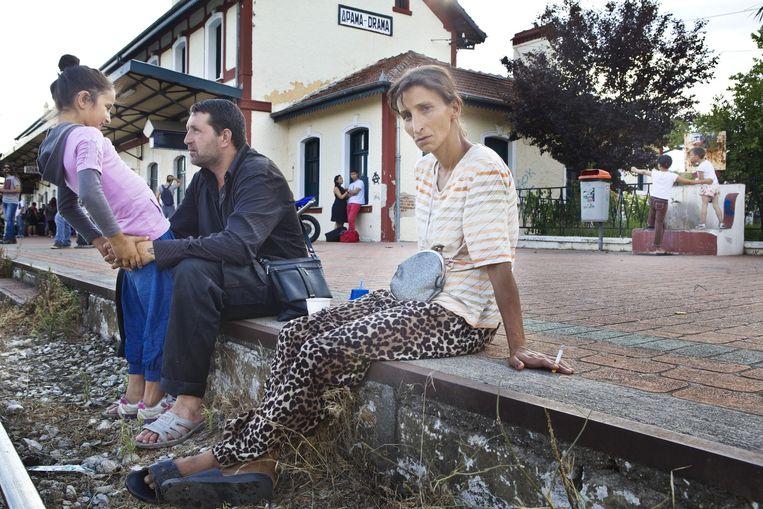 Een Bulgaarse familie wacht samen met hun kinderen op de trein in Drama, Griekenland. Beeld Io Cooman