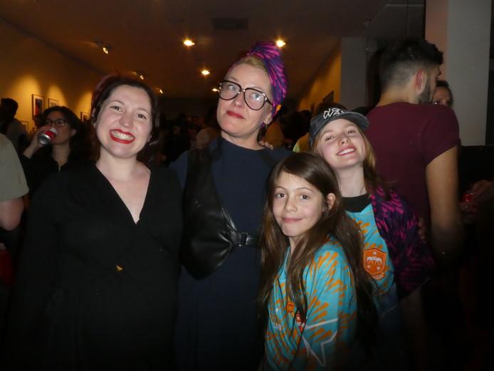 Fashiondesigner Emilia Moya, Jacqueline Häberle die de sportshirts ontwierp en haar kinderen Rose Govey en Kyd Elliott.