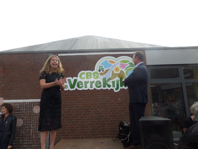 Minister Schouten en wethouder Bergsma onthulden de nieuwe naam en het logo van de school.