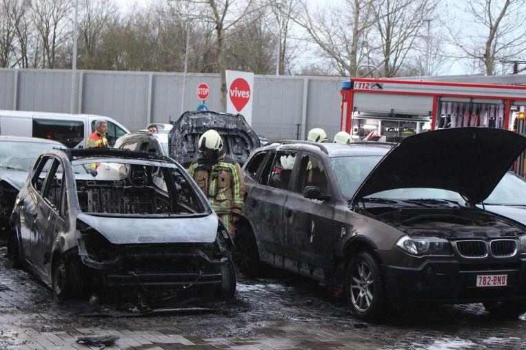 Er raakten vijf wagens uitgebrand, waaronder de BMW (rechts) die Manon voor het eerst had geleend van haar vader.