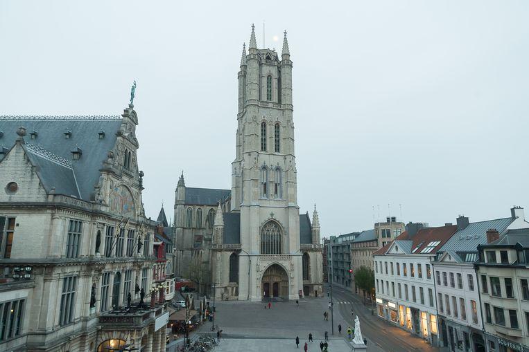 De Sint-Baafskathedraal, waarvan de toren al gerestaureerd is