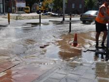 Waterleiding geraakt, kruising in Helmond blank