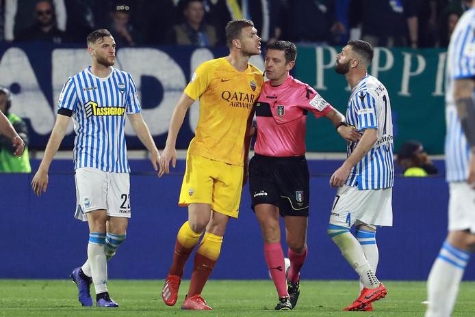 Edin Dzeko van AS Roma zoekt de confrontatie op met een tegenstander.