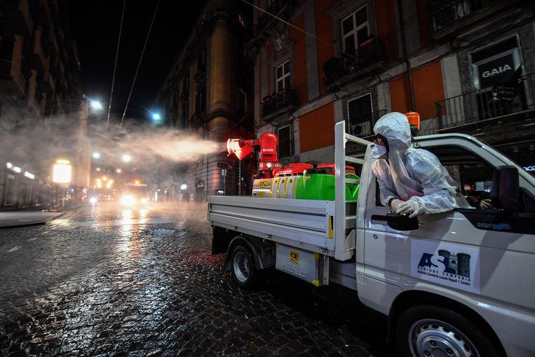 De straten van Napels worden gedesinfecteerd.  Beeld Hollandse Hoogte