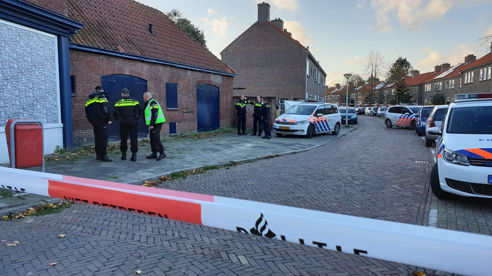 Het pand aan de Van Leeuwenhoekstraat waar de vier mannen dinsdagmiddag werden dood geschoten.