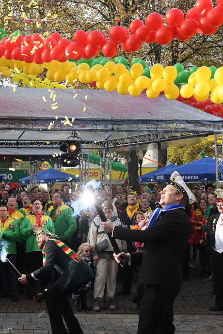 2400 kleurrijke feestvierders trappen in kou carnavalsseizoen af in Overloon