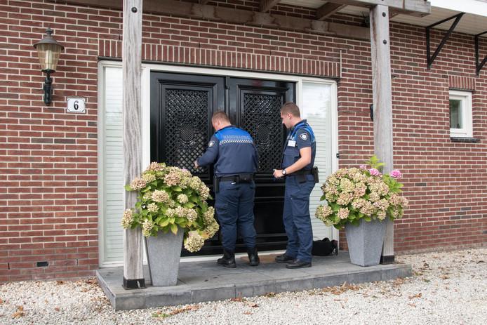 De reactiewoning van Jan van den End en zijn vrouw Anneke Nieuwenhuis is dinsdagmiddag ontruimd en verzegeld door controleurs van de gemeente Zeewolde.