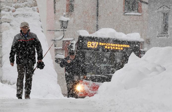 Een man ploegt door de sneeuw in Berchtesgarden, in het zuiden van Duitsland.