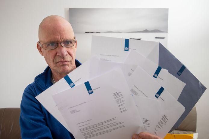 Herman Hogenbirk uit Luttelgeest kreeg van de Belastingdienst twaalf brieven die voor andere personen zijn in zijn brievenbus.