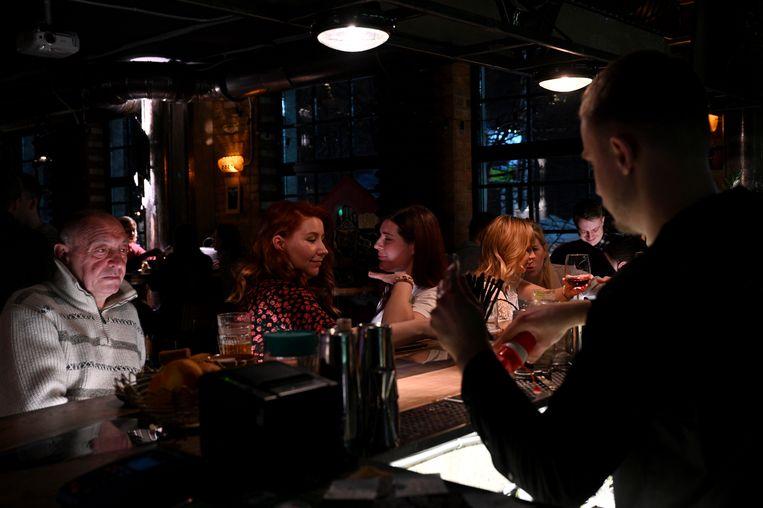 Voormalig chauffeur Peter, links aan de bar, bezoekt de club Taksopark, waar hij veertig jaar heeft gewerkt toen het nog een taxidepot was.   Beeld Yuri Kozyrev/Noor