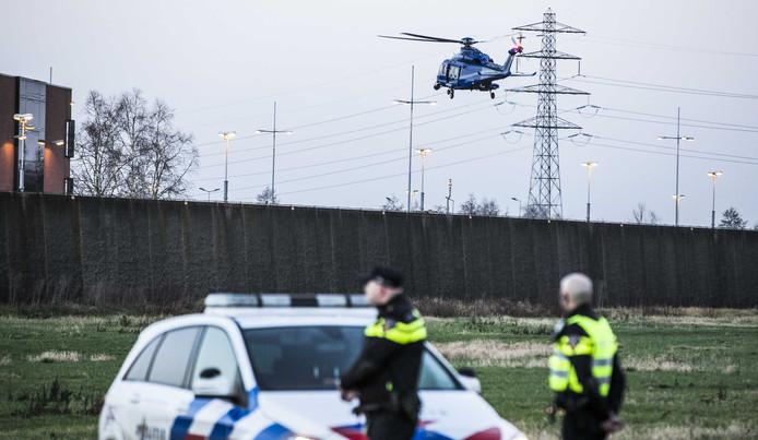 Een politiehelikopter landt op de binnenplaats van de gevangenis in Zutphen. Vier mannen zijn aangehouden vanwege een vermoedelijke uitbraakpoging.