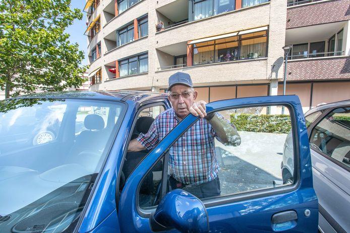 Jan van Oudenaarde is één van de bewoners die straks moet gaan betalen om zijn auto voor de deur te mogen parkeren bij Dalemhof.